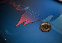 Tendencia alcista de Bitcoin cierra en 57,000 dólares con repunte de altcoins